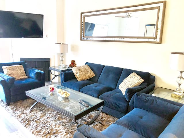 Comfy 2 BED+2BATH + GATED PARKING IN HOLLYWOOD!)