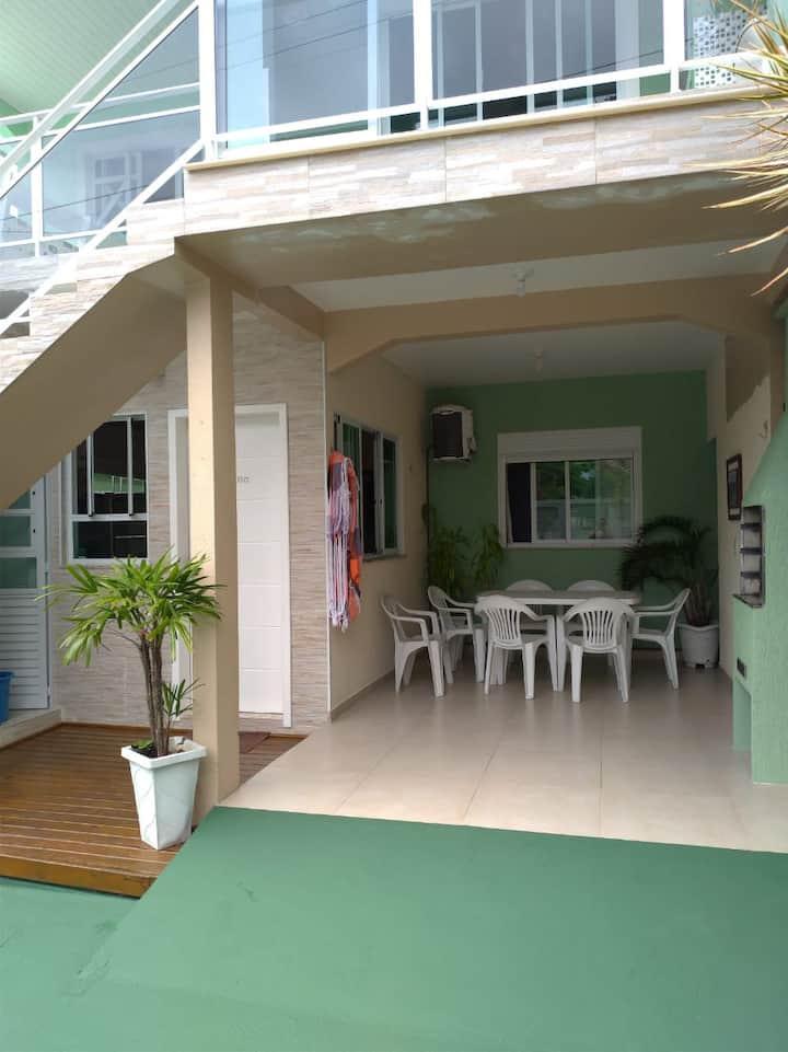 Casa situada à passos da Praia da lagoinha.