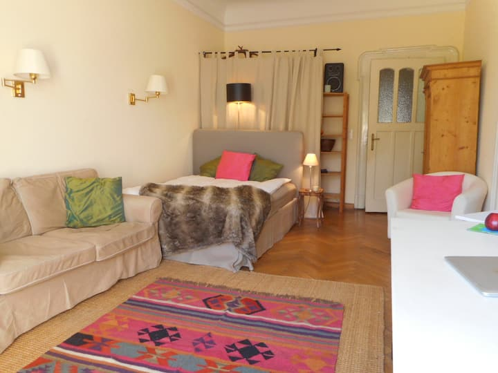 TOP LOCATION-Cosy Room + own balcony in large flat