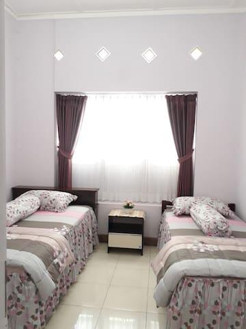 Twin-bed room near UM/UB, city centre