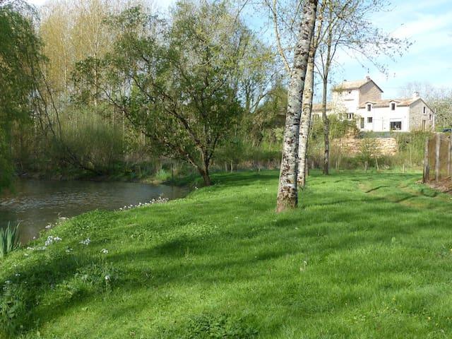 Vivonne : maison au calme vue sur rivière