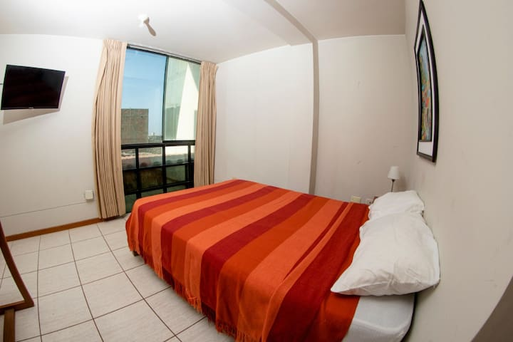 Matrimonial cama dos plazas con vista a la ciudad
