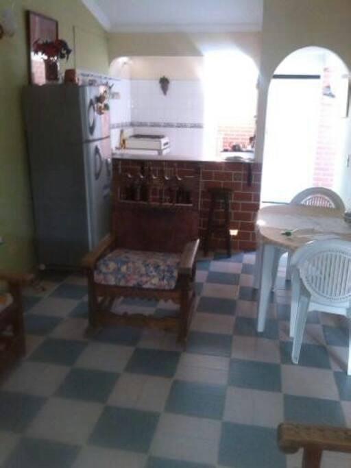 Sala comedor y barra cocina, todo equipado.
