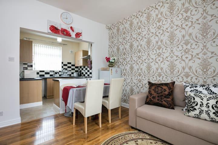 3-BEDROOMS HOLIDAY HOUSE NEAR ETIHAD CITY STADIUM