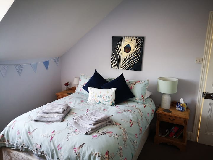 Bright, dble bedroom & original Victorian features