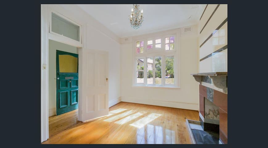 Large Room in Spacious Home Minutes to Manly Beach - Manly - House