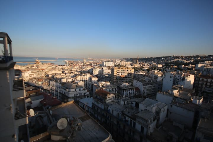 Vue sur mer, en plein centre d'Alger