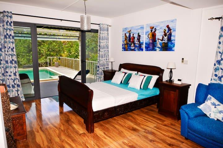 Schlafzimmer mit Bad en Suite und Meersicht