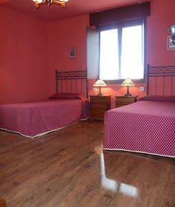 Grandes dormitorios para 4/5 pers por 10 €/noche - Oviedo - Huis