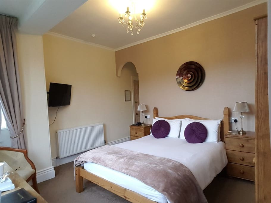 Bedroom 4 - Luxury Kingsize Ensuite overlooking Torwood Gardens with a side sea view