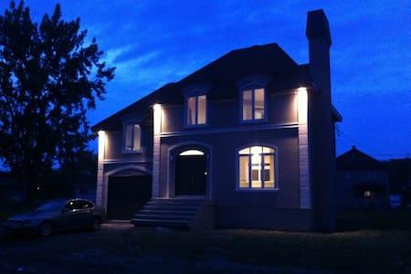 Luxueuse residence bord du fleuve - 萨拉贝里瓦利德菲尔德(Salaberry-de-Valleyfield) - 连栋住宅