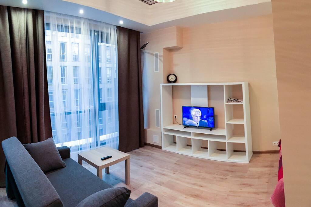 Гостиная зона со смарт-телевизором (возможности подключения: WiFi, USB, HDMI).