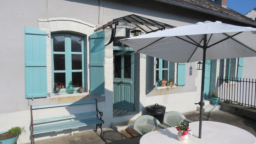 Quirky Cottage with Beautiful Views Vezere River - Vigeois - Hus