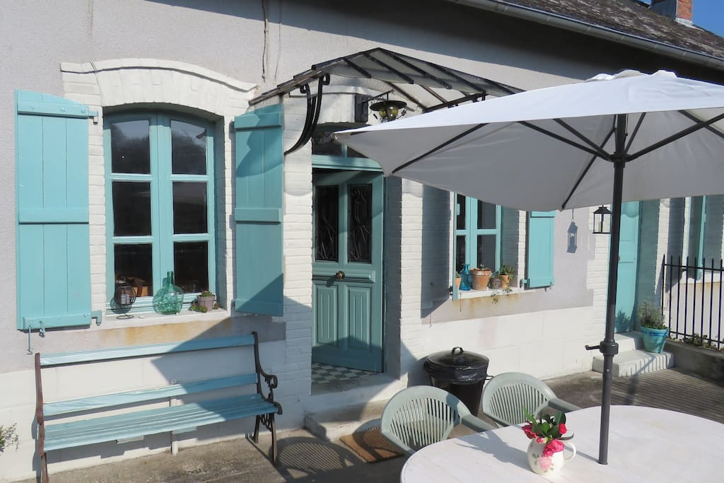 The front of the cottage, on a nice day this is a sun trap. On the left hand side you will find a small barn where you will find wood and a BBQ for your use.Opposite the cottage there is another fenced garden with picknick table with lovely views over the river Vezere.