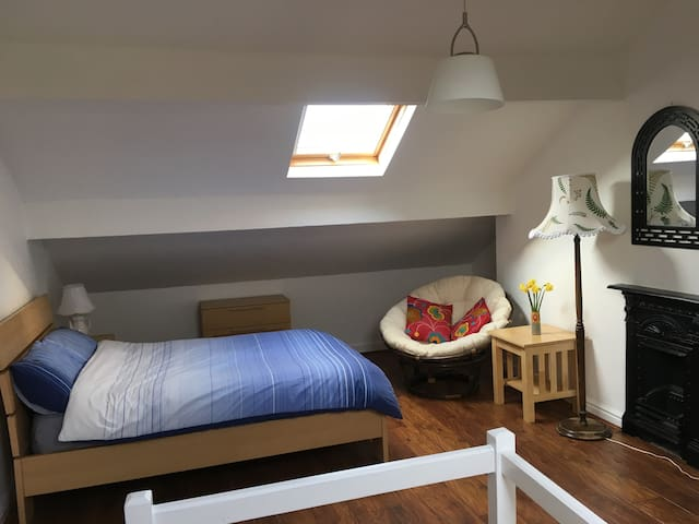 Peaceful en-suite double near train and LB airport