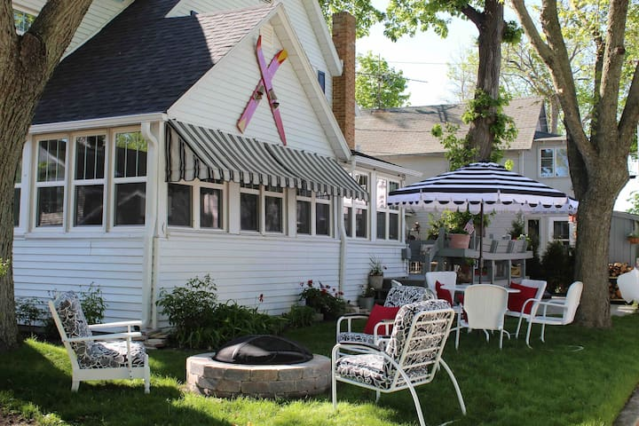 Side view of the cottage! Lots of yard space along with a fire pit and large back deck.