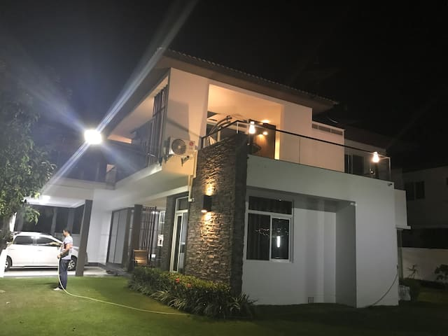 宁静的湖景舒适的家,中西双厨宽庭院。6人三房套做客式入住美别墅 - ChianMai - Villa