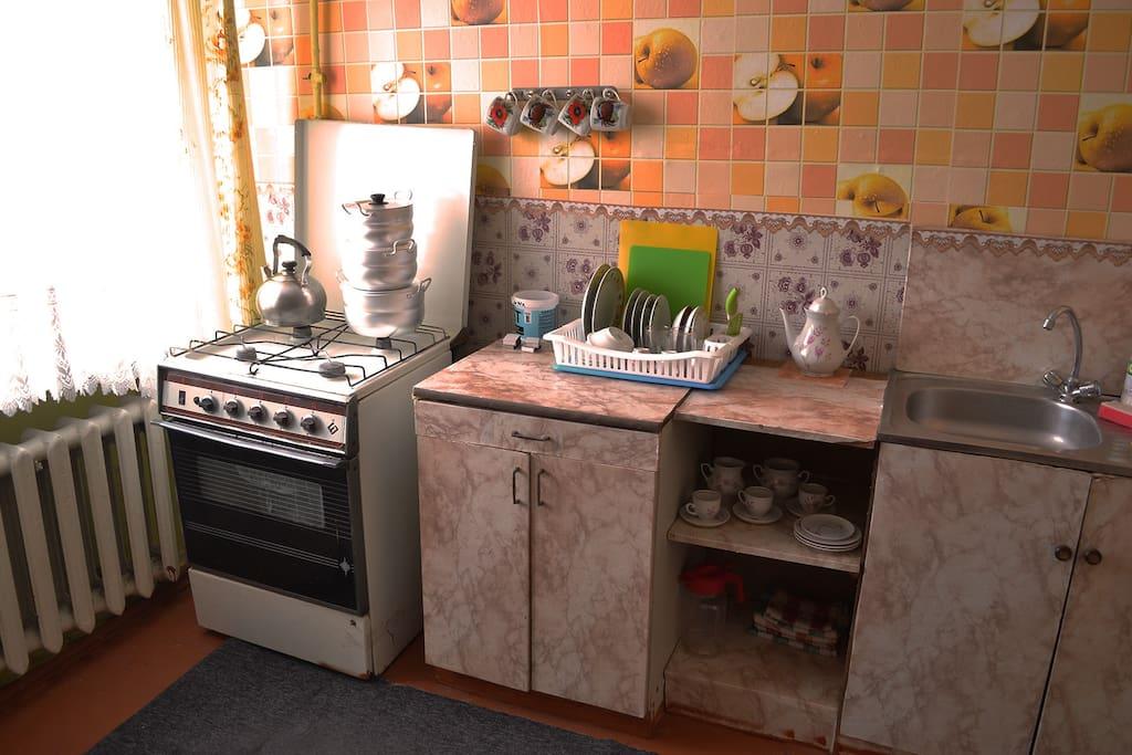 Удобная кухня со всем необходимым для проживания.