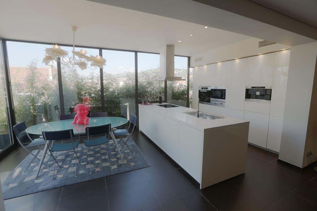 Large cuisine ouverte de marque BOFFI avec accès terrasses