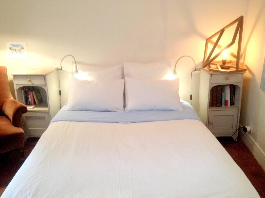 You have a nice double bed. Vous avez un lit double confortable.