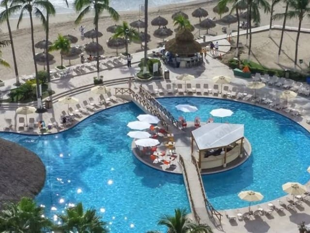 Hermosa piscina con bar y playa / Amazing pool with swim-up bar and beach