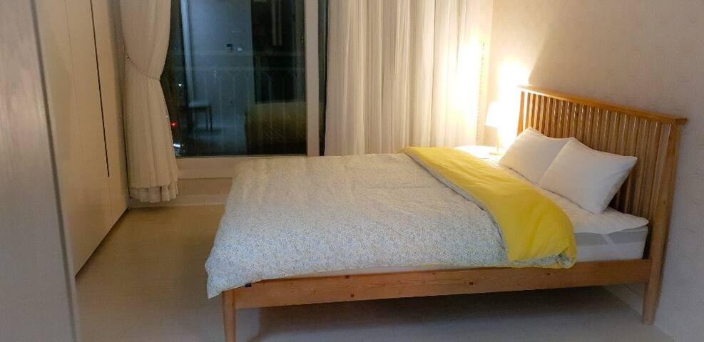 아늑한 안방- 퀸 사이즈 침대 화이트레이스 암막커튼