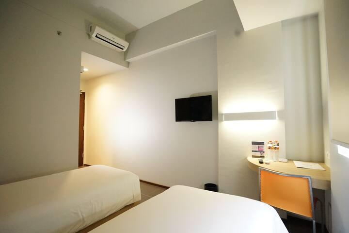 Cleo Hotel Jemursari - Queen Biz Room