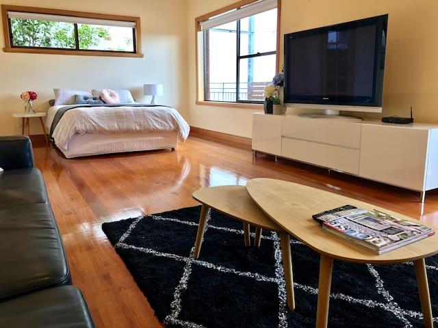 City Views Studio Apartment - 4 min drive to CBD