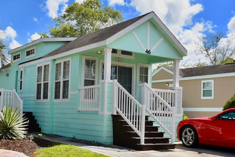 Adorable Tiny House - minutes to all theme parks!