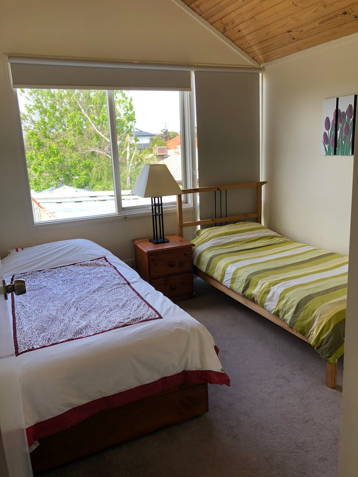 Bentleigh cozy with yard view 20 minute to city
