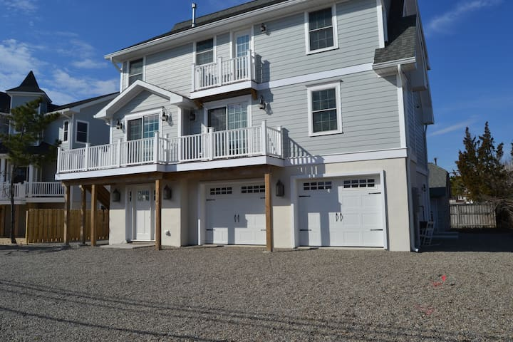 Renovated Beach retreat .. steps to private beach! - Mantoloking - Casa