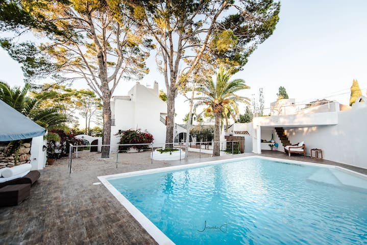 Luxurious Villa in huge gardens + 2 swimming pools