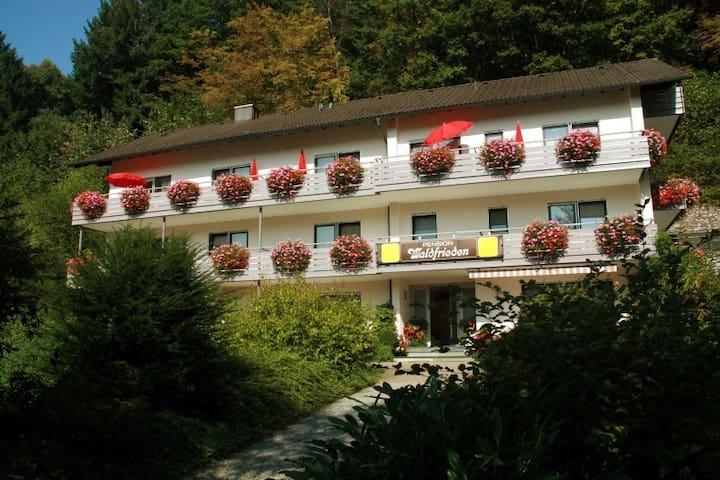 Pension Waldfrieden, (Oberharmersbach), Mehrbettzimmer mit Dusche und WC
