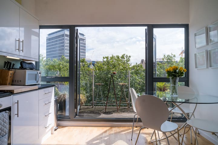 STUNNING city-centre 3 bed. River views + Parking