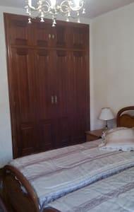 Habitacion centrica, baño compartido, TV  2 camas