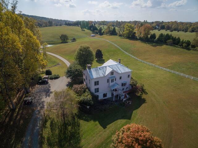 Spacious apartment on beautiful farm, mins to town