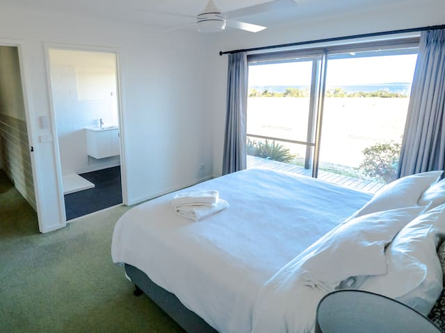 King Room with ocean views and ensuite