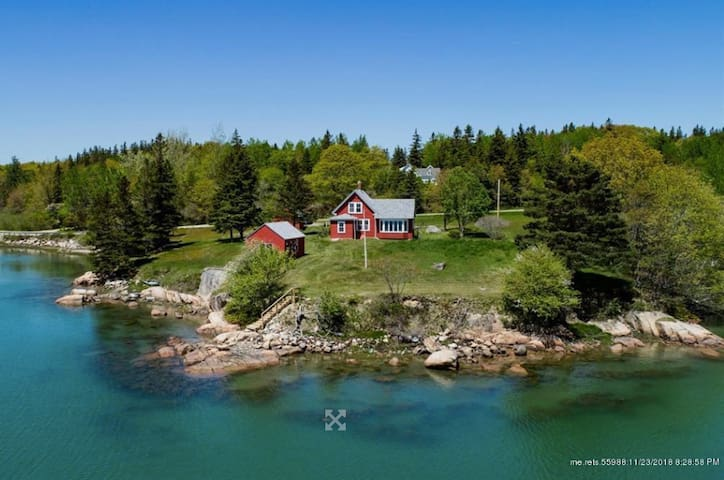 Iconic Waterfront Cottage On Pickering Cove