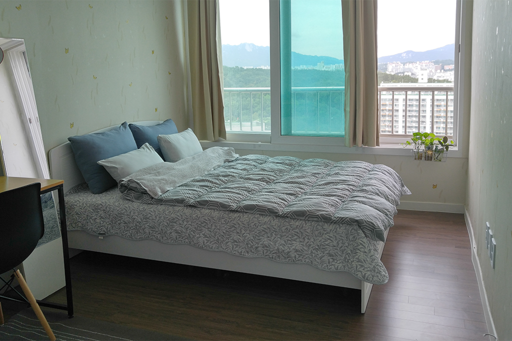 Bedroom-Queen size Bed (more spacious than you can see)
