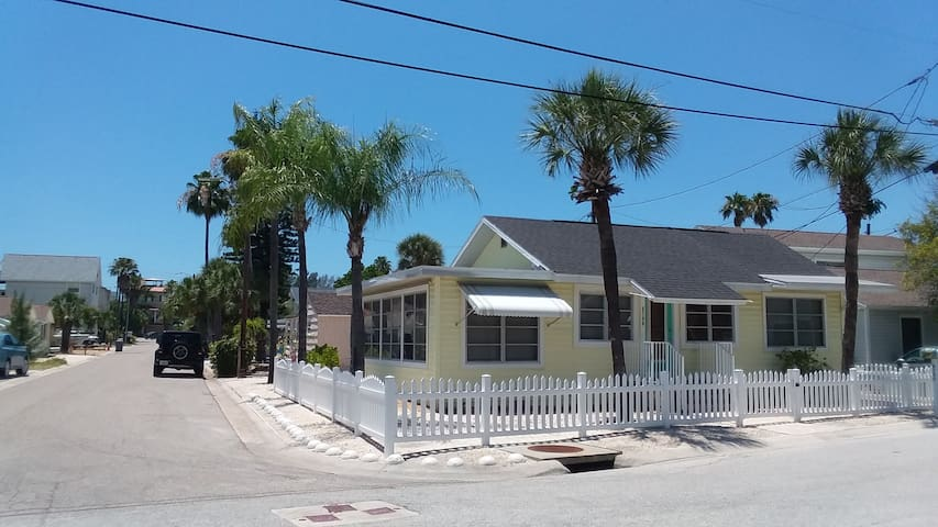 BEACH GLASS COTTAGE 2BR/1BA *1 block to beach*