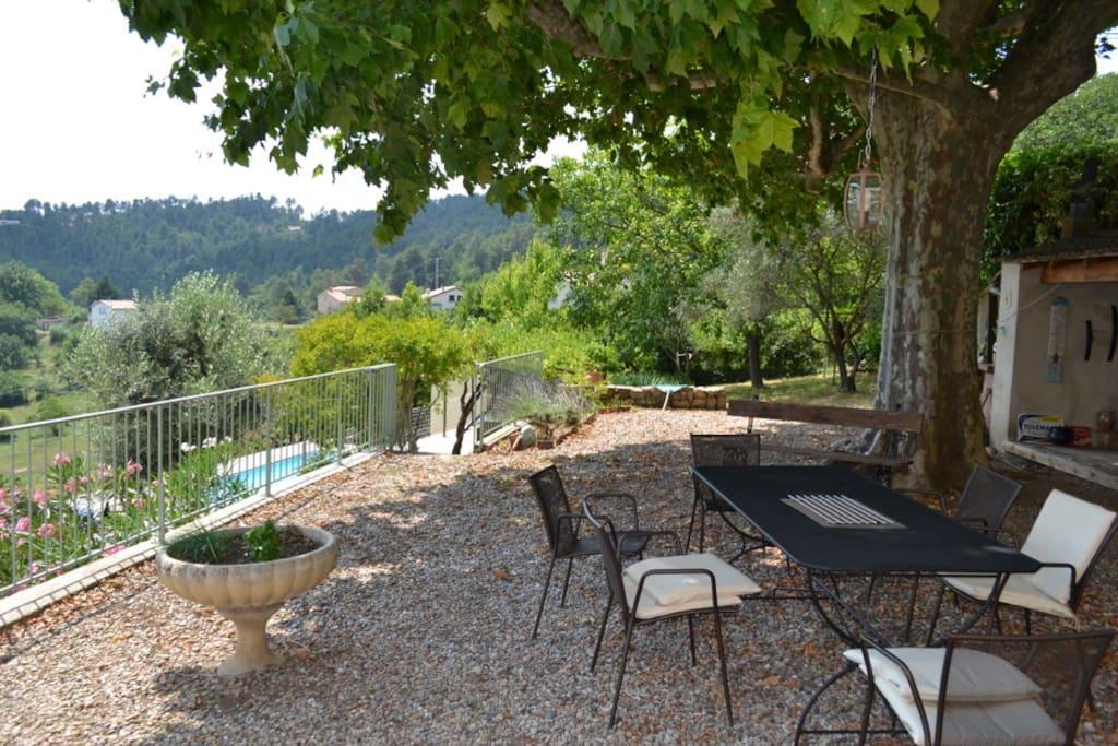Terrasse ombragée, vue dégagée, table et fauteuil et coin plancha
