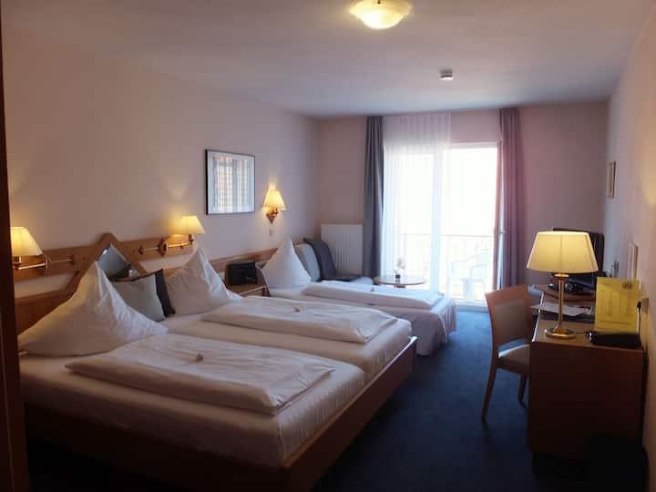 Hotel Garni Pfauen, (Endingen am Kaiserstuhl), 3-Bett-Zimmer Pfauen