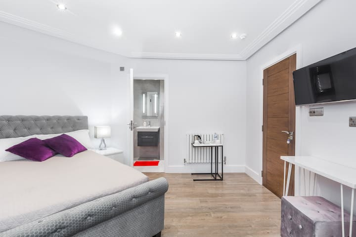 BRIGHT STYLISH ROOMS WITH FREE PARKING