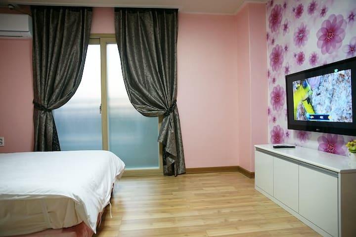 넓은 원룸으로 설계된 편안한 객실 8평 원룸 203호