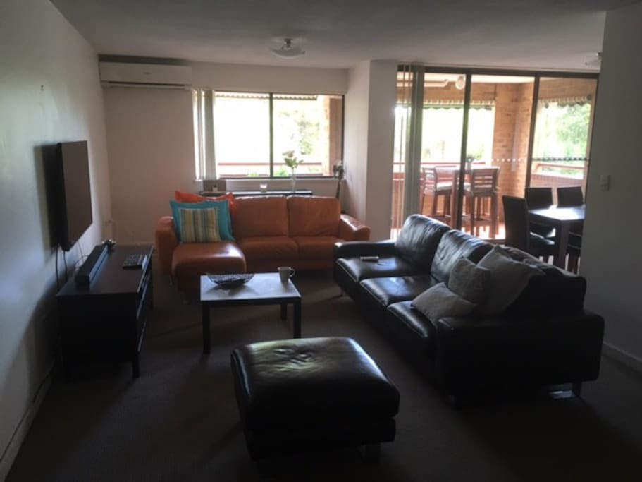 Spacious Air Conditioned Lounge and Dining Room, Smart TV and Wifi