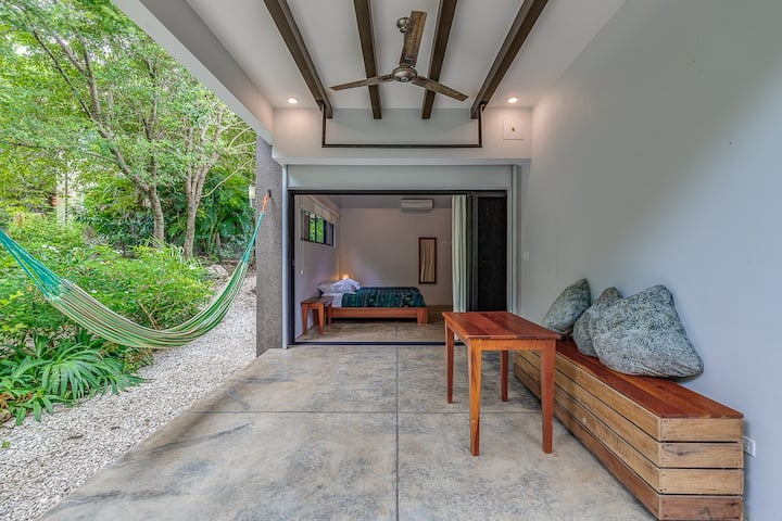 Downstairs Studio Apartment.. Close to Surf!