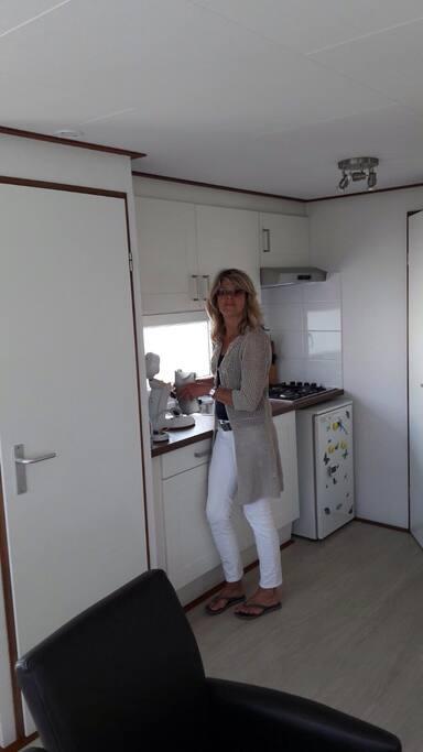 de gastvrouw in de keuken
