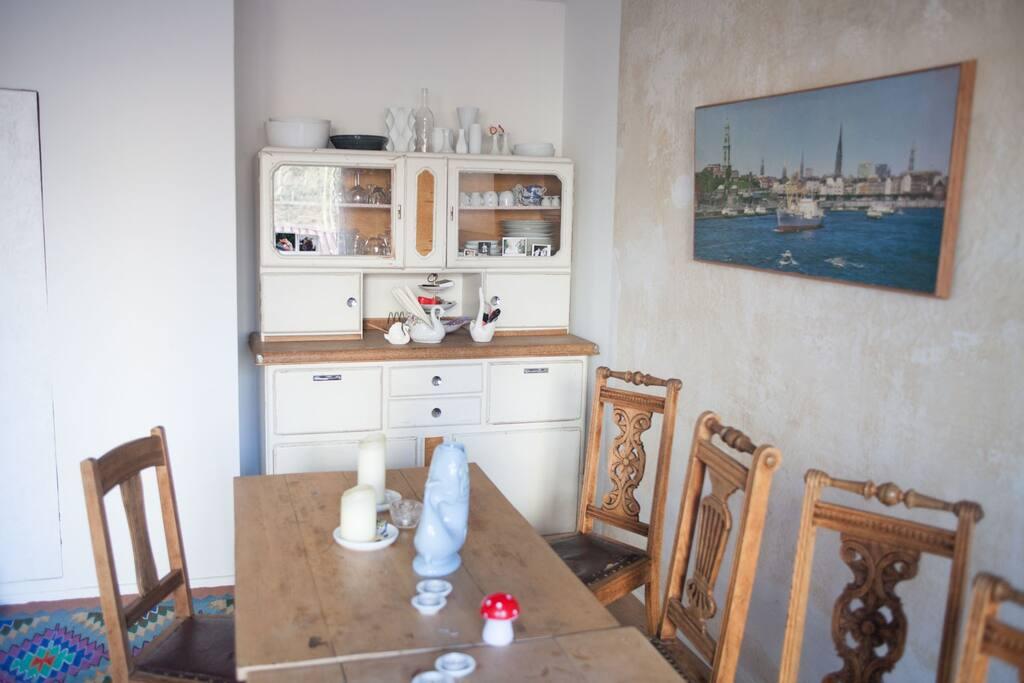 Wohnzimmer mit grossem Esstisch