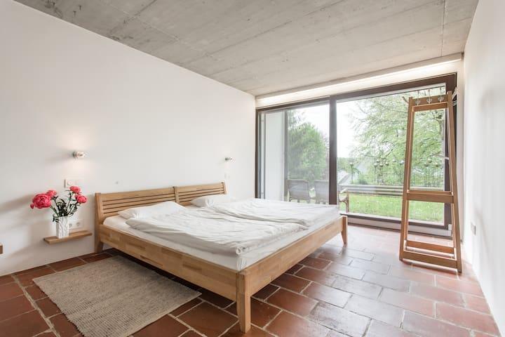Zimmer mit eigenem Bad und Gartenzugang