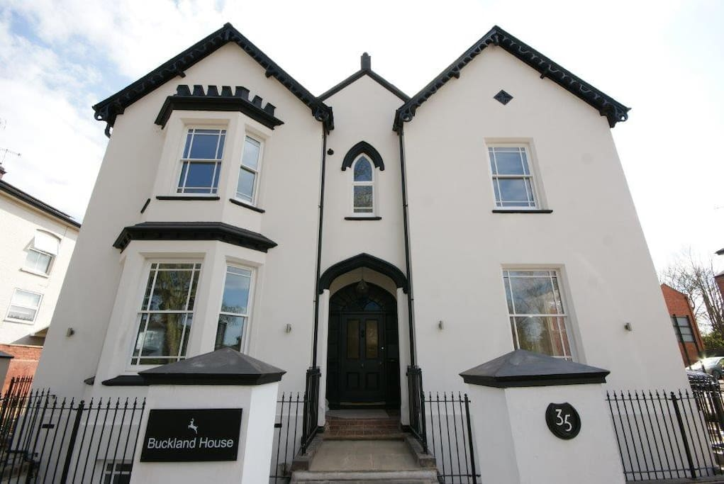 Central modern 2 bed apartment in victorian house for Modern homes leamington
